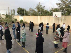 مادران شرکت کننده در کارگاه تربیت سالم دو به دو در حیاط روبه روی هم ایستاده اند