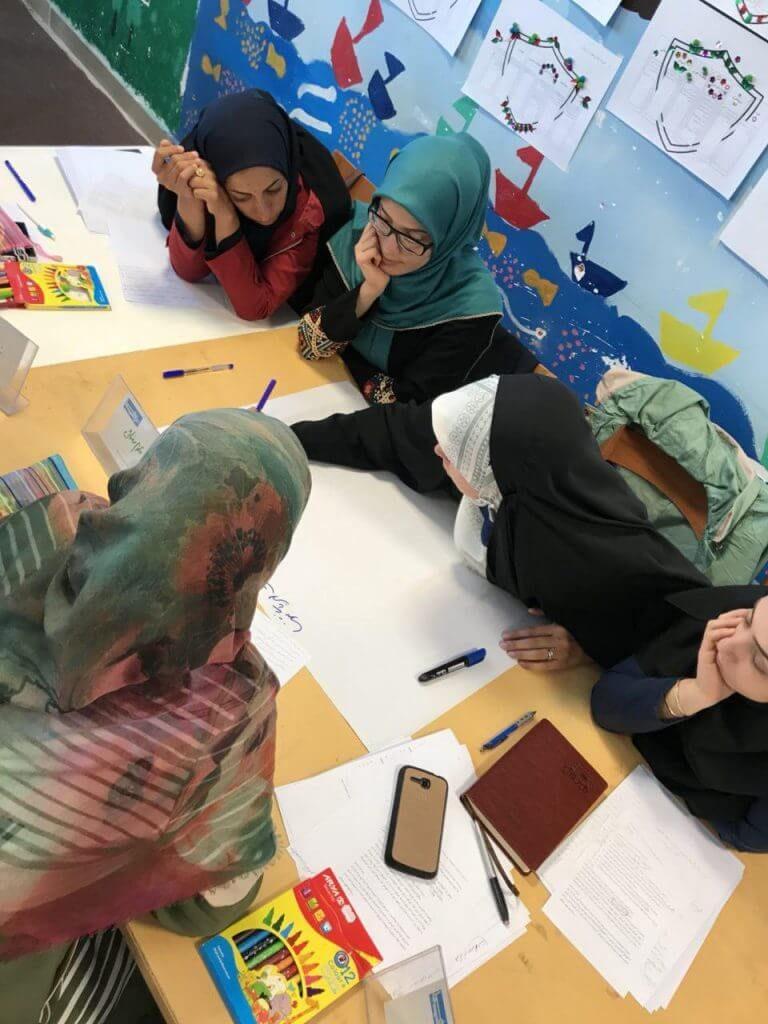 والدین شرکت کننده در کارگاه تربیت سالم در حال فعالیت گروهی