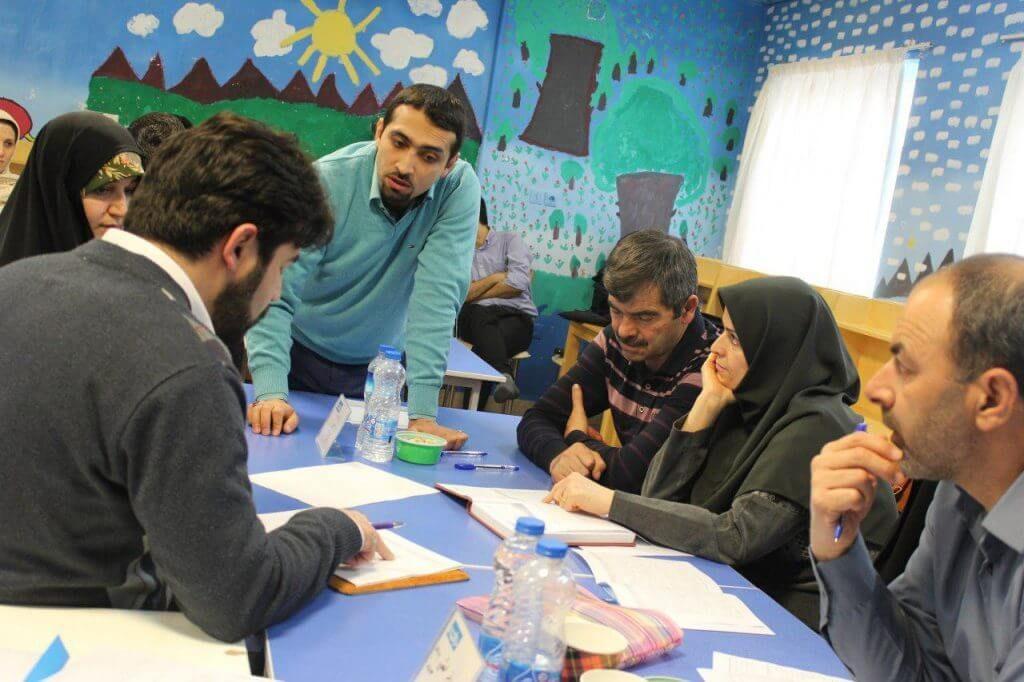 یکی از مدرسان تربیت سالم در حال آموزش به والدین شرکت کننده است